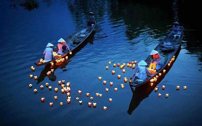 Tham gia lễ hội thả đèn hoa đăng